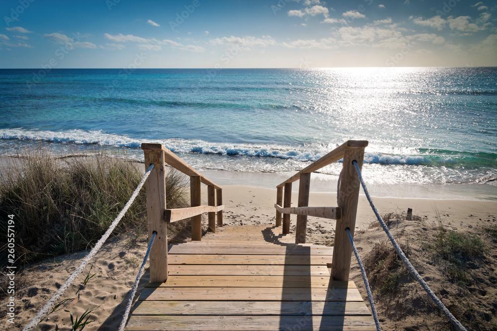 Fototapeta Holzsteg durch die Dünen zum Strand
