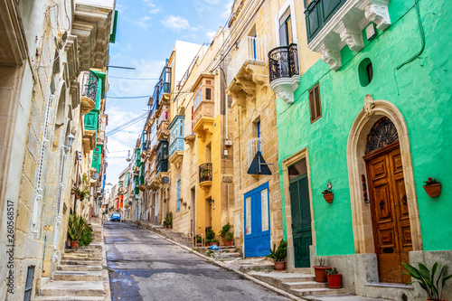 Foto op Plexiglas Havana Beautiful colorful narrow lane with typical Maltese architecture in Cospicua - one of the Three fortified Cities of Malta