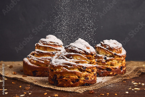 Montage in der Fensternische Brot Tasty sweet buns with raisins and icing sugar. Homemade baking concept