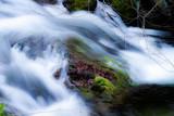 Fototapeta Kamienie - Strumień wody obijający sie o kamień