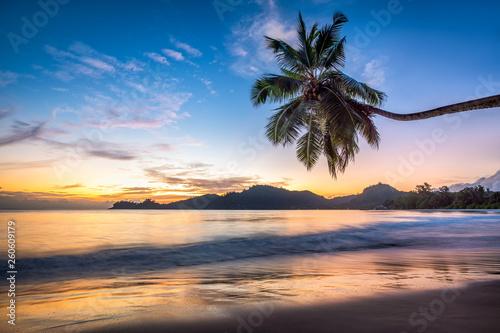 Obraz Bajeczny zachód słońca na tropikalnej wyspie - fototapety do salonu