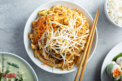 Foto Pad Thai noodles with chicken and bean sprouts