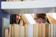 Buchhändler Im Beratungsgespräch Mit Einer Leserin