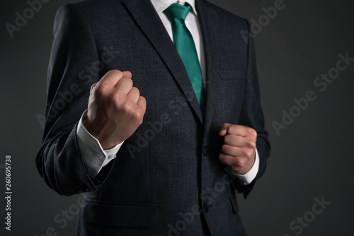 Photo Business man is shaking a fists on a gray background