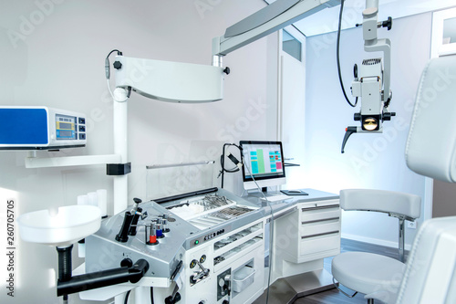 Photo  Medizintechnik in der HNO Praxis, Ohrmikroskop, Endoskope und Instrumente