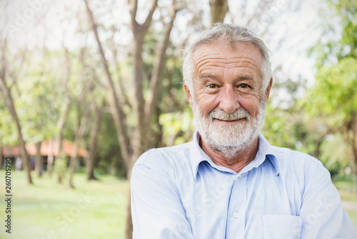 Photo  Portrait of healthy happy smile senior elderly caucasian old man in the park outdoors with copy space