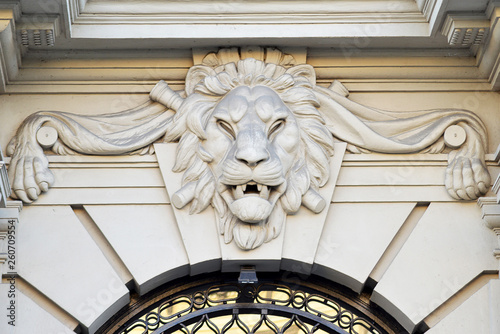 Obraz na plátně Sculpture of stylized lion above an external door
