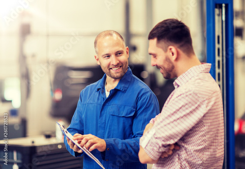 Fotografía  auto service, repair, maintenance and people concept - mechanic with clipboard t