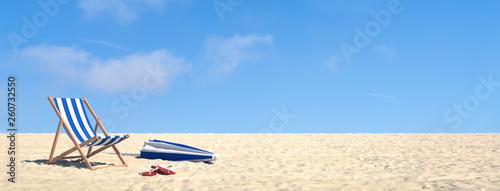 Urlaub im Sommer am Strand im Liegestuhl Canvas Print