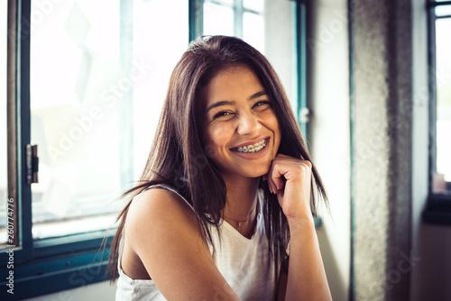 Fotografía  junge attraktive Frau mit Zahnspange
