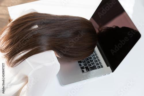 Valokuva  ノートパソコン・疲れた女性