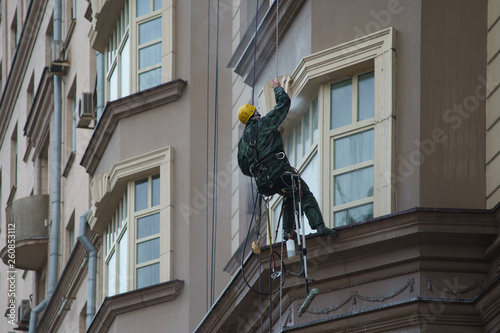 Photo Industrial Alpinism. Workers wash the windows in the street