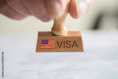 Fototapety, obrazy: Ein Mann und ein Stempel mit dem Visum für USA