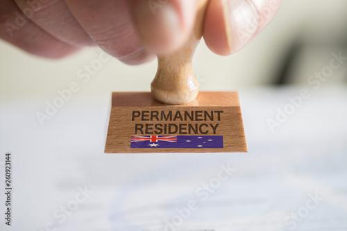 Fototapety, obrazy: Ein Mann und ein Stempel für ein Visum nach Australien