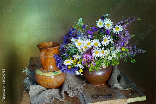Fotografía  Still life with daisies in a clay vase on a brown background