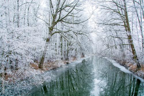 Foto auf Gartenposter Fluss Silent river in winter