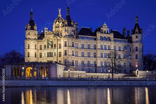 Fotografía  Schloss Schwerin Mecklenburg zur Blauen Stunde entzerrt