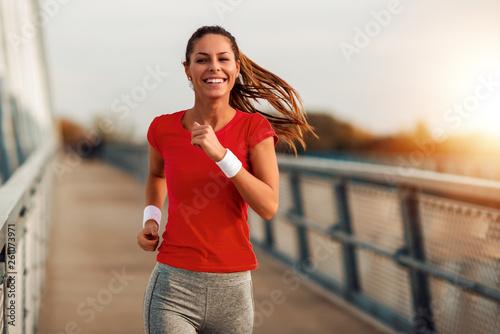 Fotografía  Young  woman jogging outdoors