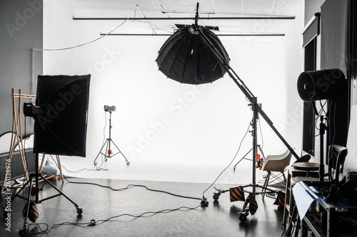 Fototapeta empty photo Studio with white cyclorama. Monoblocks with flashes using softboxes of different shapes. photographic studio space with white cyclorama obraz