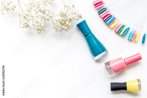 Pinturas sobre lienzo  cosmetics for manicure with polish and palette for spring design in nail bar on