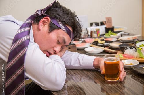 酔いつぶれる男性 Slika na platnu