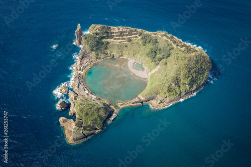 Vue aerienne Aerial view of Islet of Vila Franca do Campo, Sao Miguel island, Azores, Portugal.