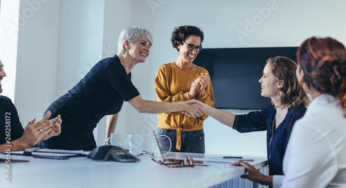 Fotomural  Team congratulating and appreciating a colleague