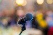 Mikrofon bei einer Veranstaltung mit unscharfem Hintergrund