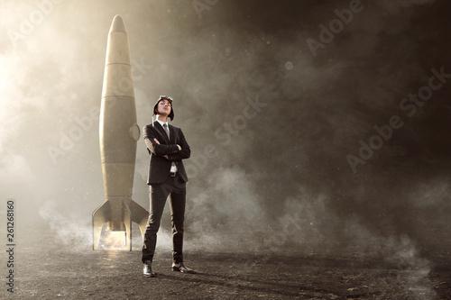 Foto Geschäftsmann steht vor Rakete