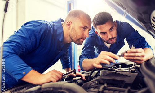 Fotografía  auto service, repair, maintenance and people concept - mechanic men with wrench