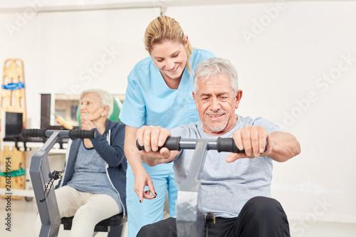 Fotografie, Obraz  Trainerin betreut Senior Mann beim Training