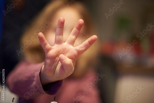 Fotografie, Obraz  Blondes Kind zeigt 4 Finger