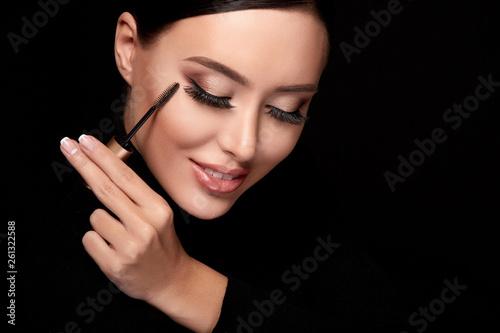 Valokuva  Woman using mascara