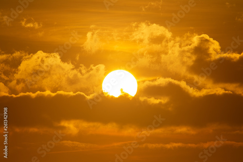 Fotografía  Early morning sun shining through clouds in dramatic colors