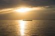 Binnenschiff im Sonnenuntergang