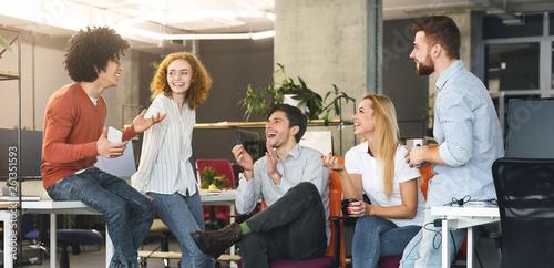 Fotografía  Diverse millennial people having good talk at coworking space