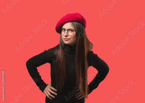 Photo Young artist woman scolding someone very angry