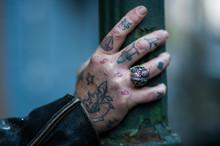 Tätowierte Hand Mit Totenkopfring