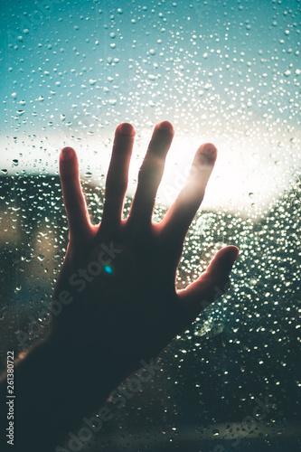 Fotografie, Obraz  Mano poggiata su un vetro bagnato dalla pioggia