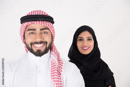 Photo arab couple smiling and standing on white background