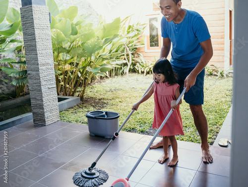 Papel de parede little girl help her daddy to do chores at home