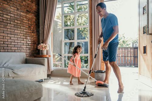 Murais de parede little girl help her daddy to do chores at home