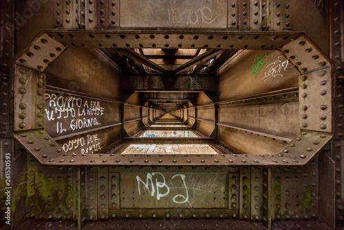 Photo  Im Inneren einer Eisenbahnbrücke aus Stahl - Steampunk