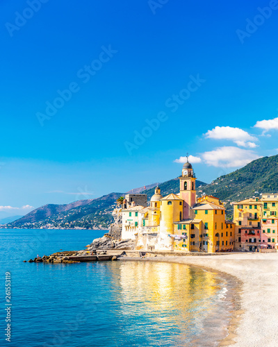 Staande foto Mediterraans Europa Scenic Mediterranean riviera coast. Panoramic view of Camogli town in Liguria, Italy. Basilica of Santa Maria Assunta and colorful palaces. Liguria, Italy