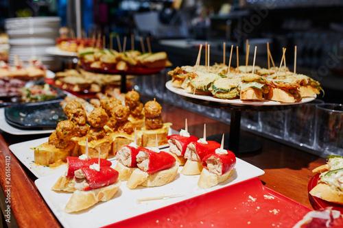 Fototapeta premium Różnorodność pinchos (pintxos) w barze San Sebastian (Donostia), Hiszpania
