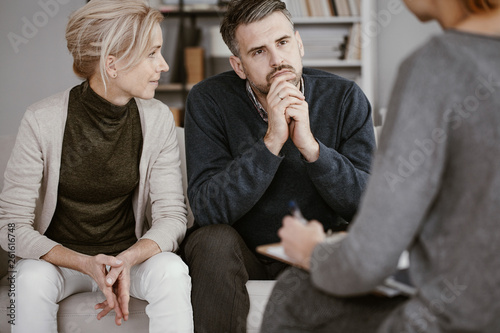 Carta da parati  Wife supporting her husband in therapy with the man listening curiously to the c