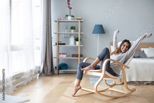 Fotografía  Full-length body gorgeous good-looking attractive pretty lady with her beaming smile she stretch oneself indoor cosy modern room