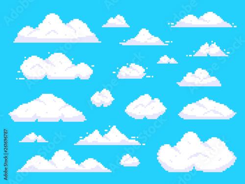 Chmury pikseli. Retro 8 kawałków niebieskiego nieba anteny chmury piksla sztuki tła wektoru ilustracja