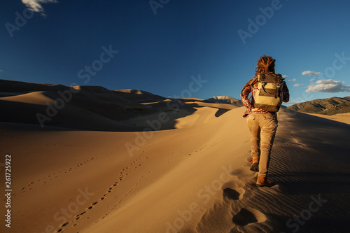Fototapety, obrazy: A tourist traveled through the desert