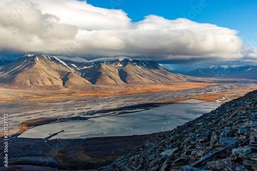 wedrowki-wzdluz-gor-widok-z-gory-na-longyearbyen-i-fiord-adventdalen-najbardziej-wysunieta-na-polnoc-osada-na-swiecie-svalb